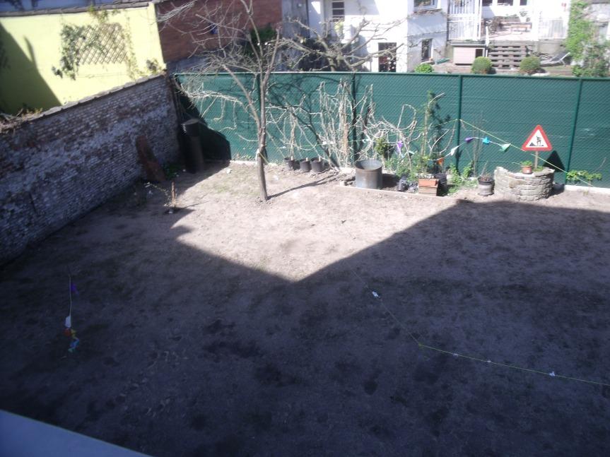 Stukje van de gemeenschappelijke tuin vanuit ons slaapkamer. Het gras is traag aan het groeien.