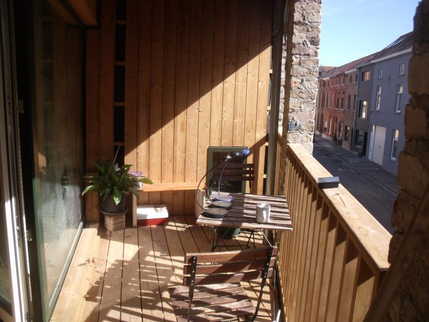Ons terrasje in de zon (met aardappelen en munt op komst)