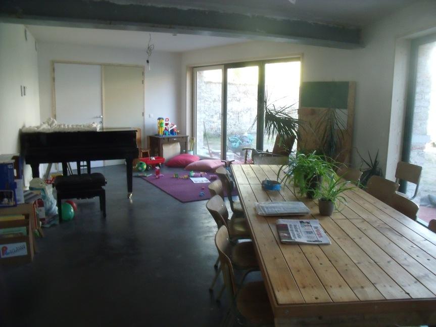 De gemeenschappelijke eetruimte (met meubeltjes van Stanza, gedeelde krant en gedeelde piano)